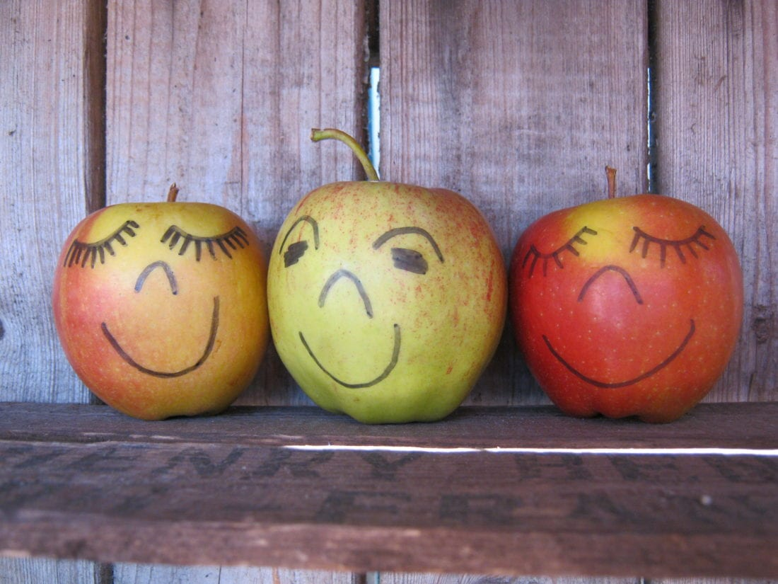 Äpfel mit fröhlichen Gesichtern