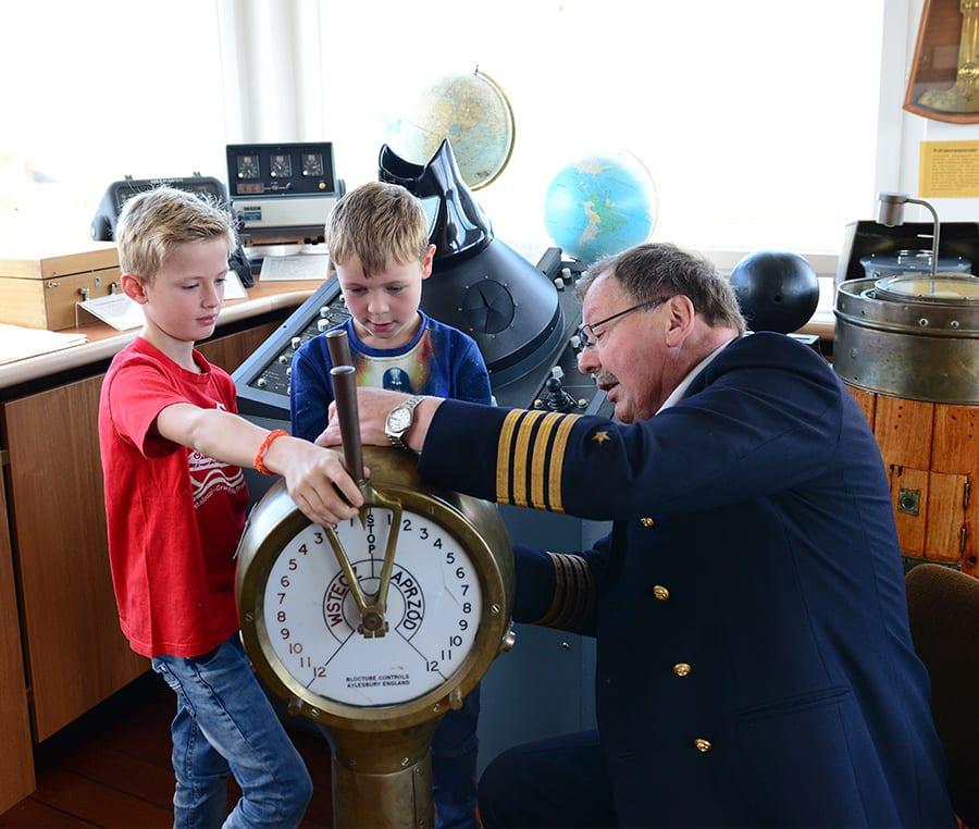 Kapitän mit Kindern bei Kapitänsbrückenführung