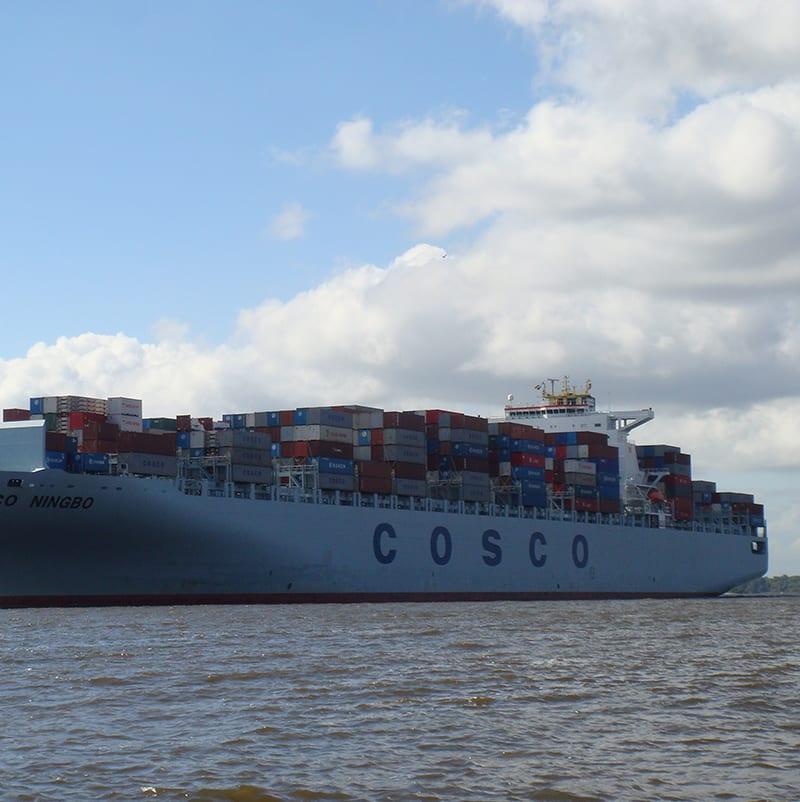 Containerschiff Cosco auf der Elbe