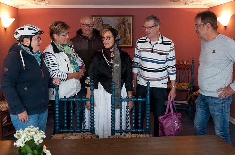 Altländer Gästeführerin in Tracht im Jorker Rathaus