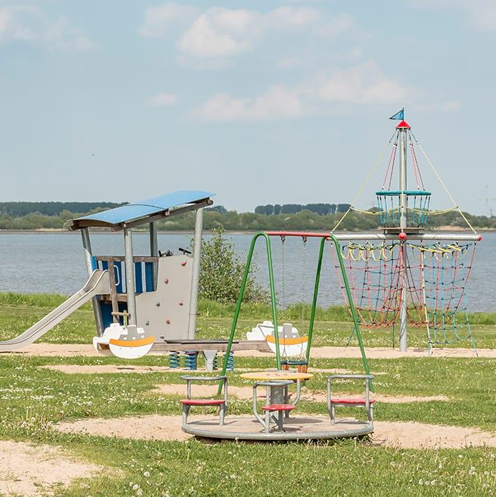 Spielplatz an der Elbe im Alten Land