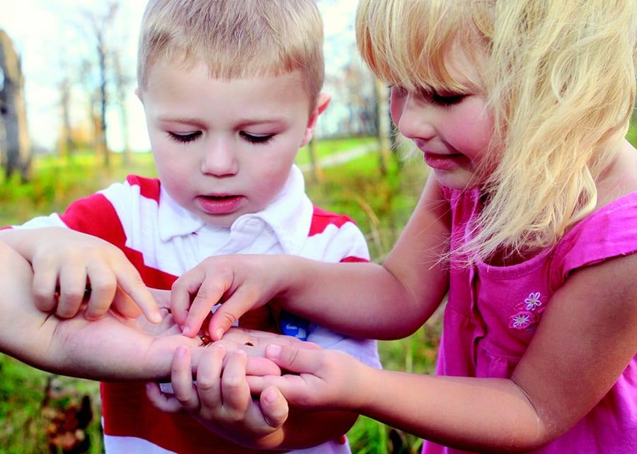 Kinder mit Marienkäfer