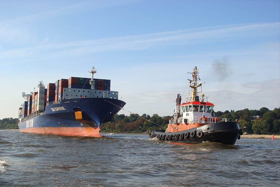 Schlepper mit Containerschiff auf der Elbe
