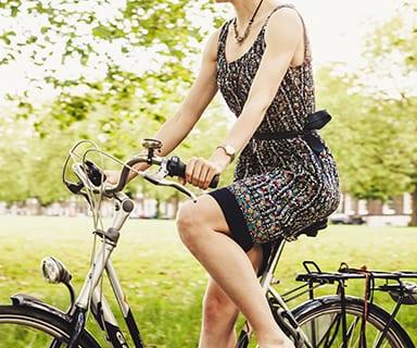 Fahrradfahrerin im Alten Land