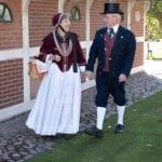 Altländer Gästeführer in Tracht vor Museum Altes Land