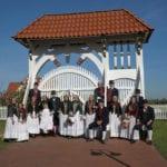 Altländer Gästeführer in Tracht vor Altländer Prunkpforte