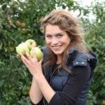 Tag des offenen Hofes im Alten Land - Mädchen mit Äpfeln