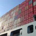 Container auf Schiff auf der Elbe