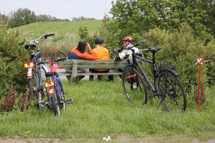 Radfahrer Pause am Deich - Tourismusverein Altes Land e.V.