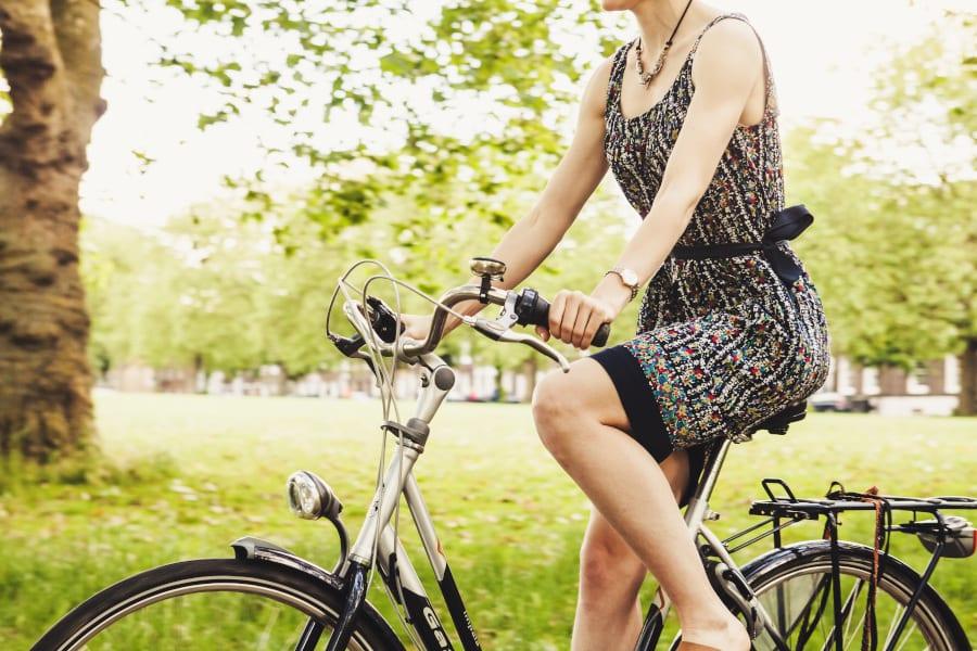 Radfahrerin im Alten Land
