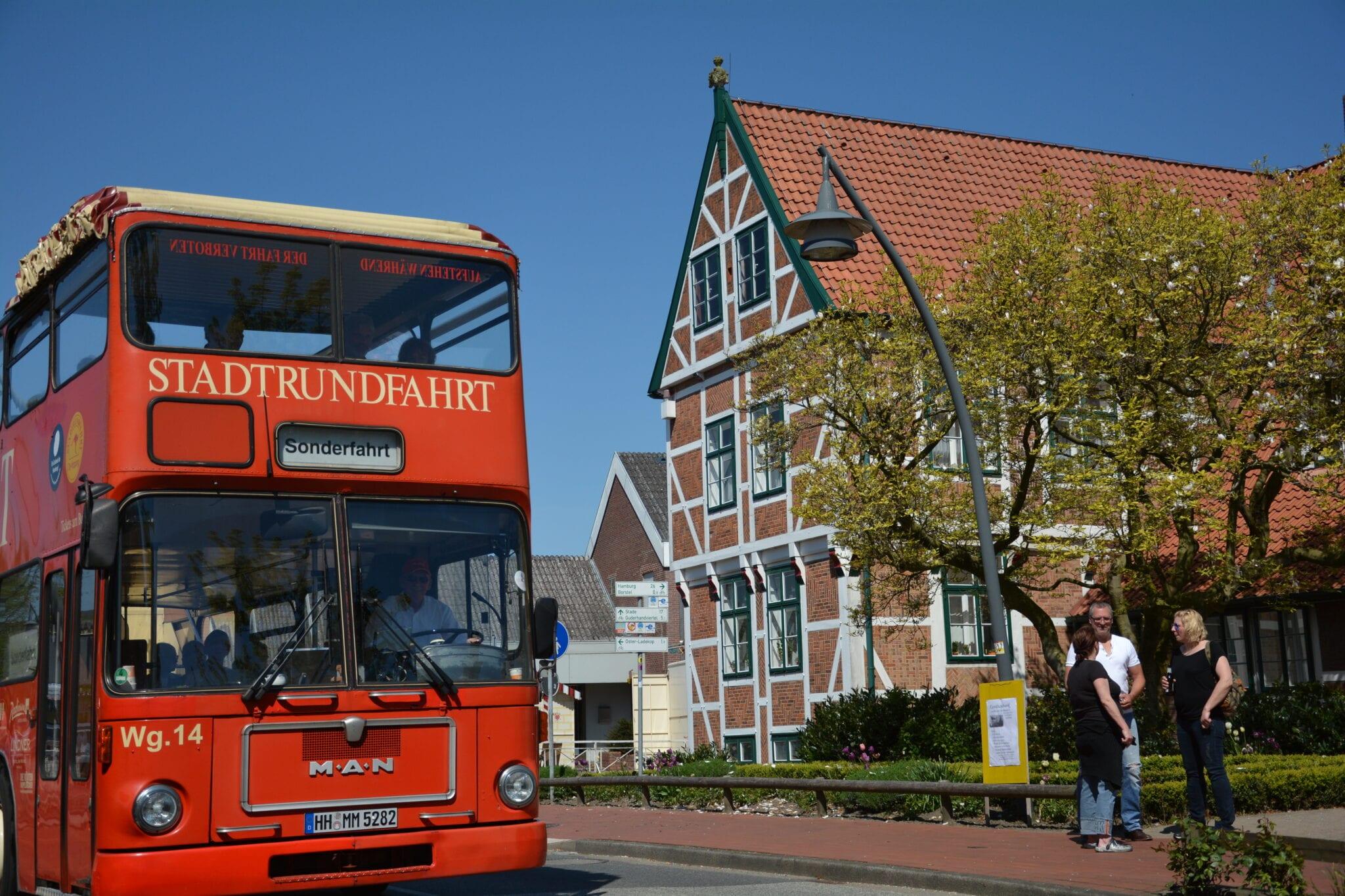 Roter Doppeldeckerbus vor Rathaus Jork 2016